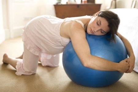 Коленно-локтевое положение при беременности: как правильно делать?