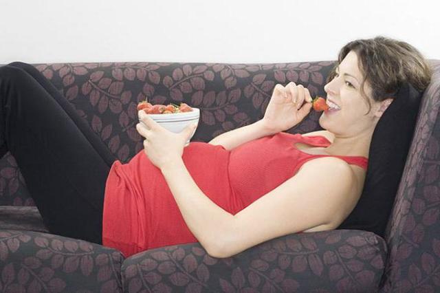 Клубника при беременности: полезные свойства, вред, противопоказания, состав, калорийность, сколько можно есть