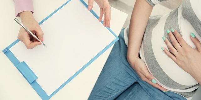 Когда начинается шевеление плода при беременности: движение при первой и при второй беременности, как ощущаются толчки?