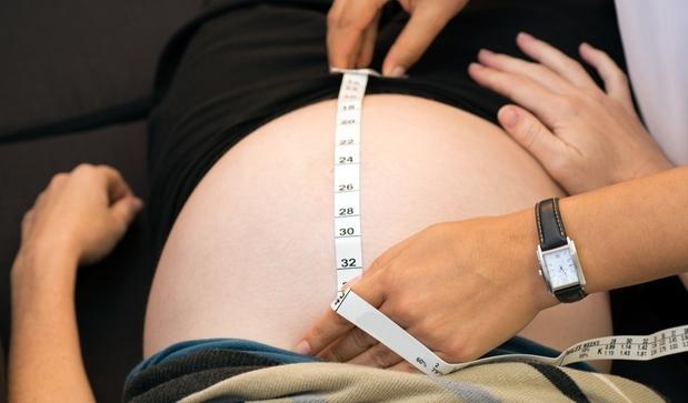 Когда поднимается матка при беременности: по срокам, причины