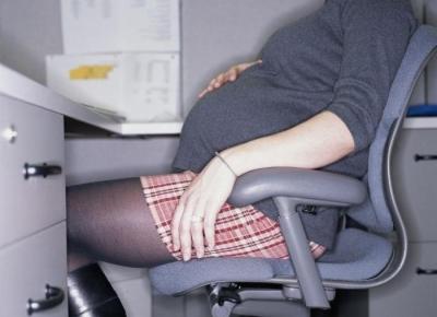 Как правильно сидеть при беременности: в автомобиле, за столом, запретные позы, опасность позы «на-корточках»
