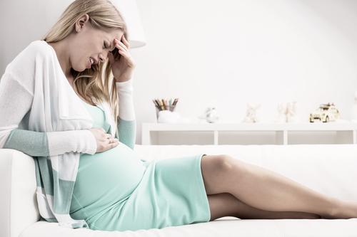 Сукровица при беременности на ранних сроках: как выглядит, почему выделяется, когда нужно обратиться к врачу, первая помощь